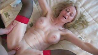 blonde à gros seins de 50 ans
